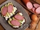 Рецепта Протеинов сандвич с пълнозърнест хляб, авокадо, белтъци и колбас